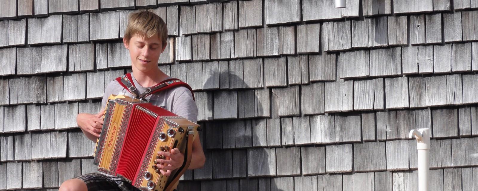 Arnoweg: Junge mit Zieharmonika auf der Schmidt-Zabierow-Hütte