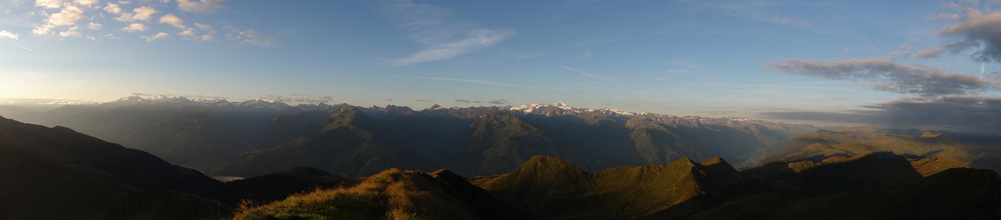 Arnoweg: Herrlicher Ausblick über die Hohen Tauern mit Glocknergruppe und Großvenedigergruppe bei Sonnenaufgang