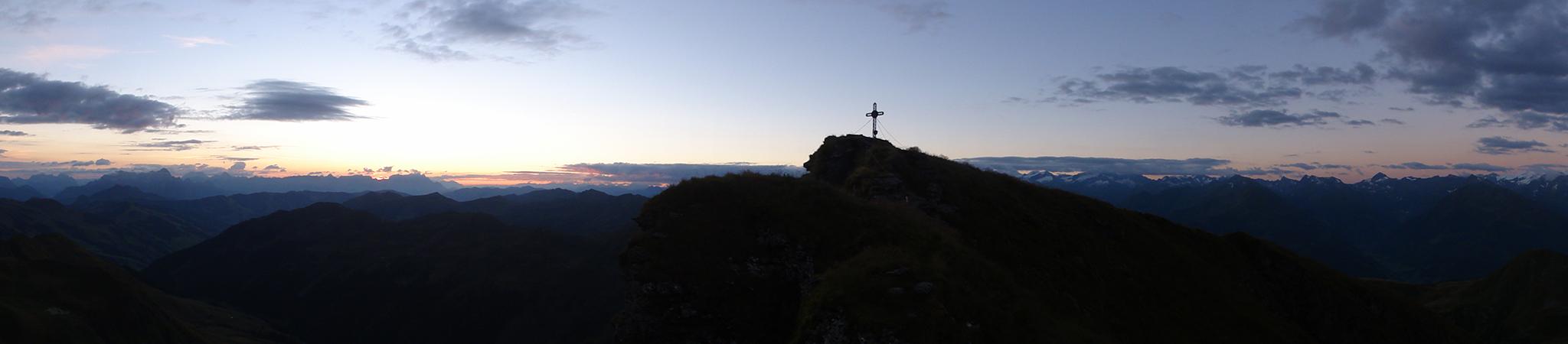 Arnoweg: Das Gipfelkreuz des Gaißsteins über der Bürgl-Hütte kurz vor Sonnenaufgang