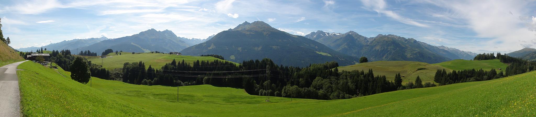 Arnoweg: Gemütliche Wanderung bei Bauernhöfen vorbei Richtung Pass Thurn