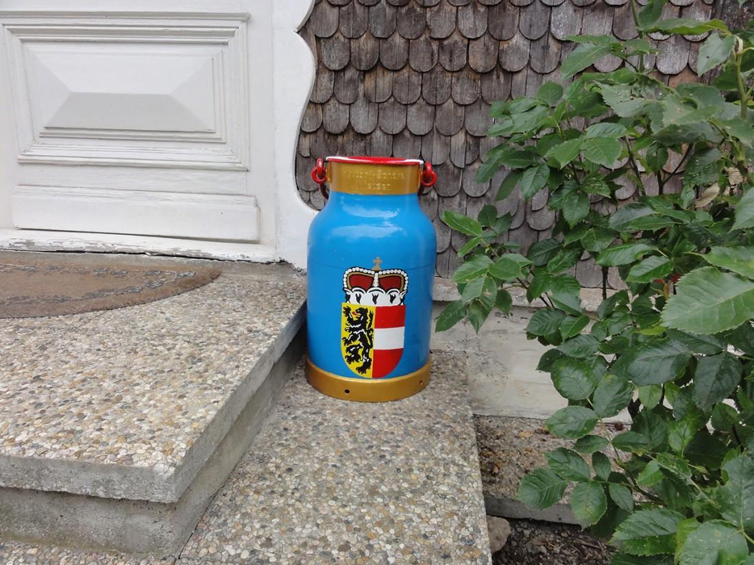 Arnoweg: Milchkanne mit Salzburger Wappen in Bad Dürrnberg