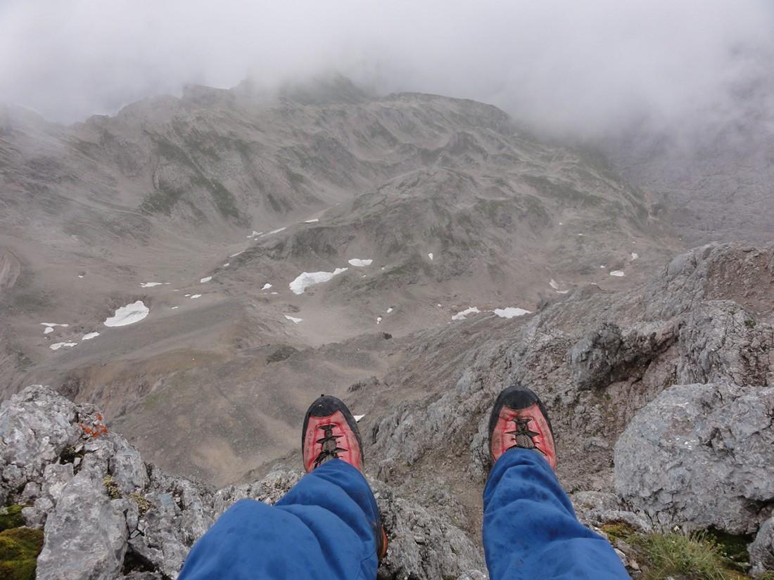 Arnoweg: Mal kurz am Großen Hundstod (2594 m) die Füße baumeln lassen