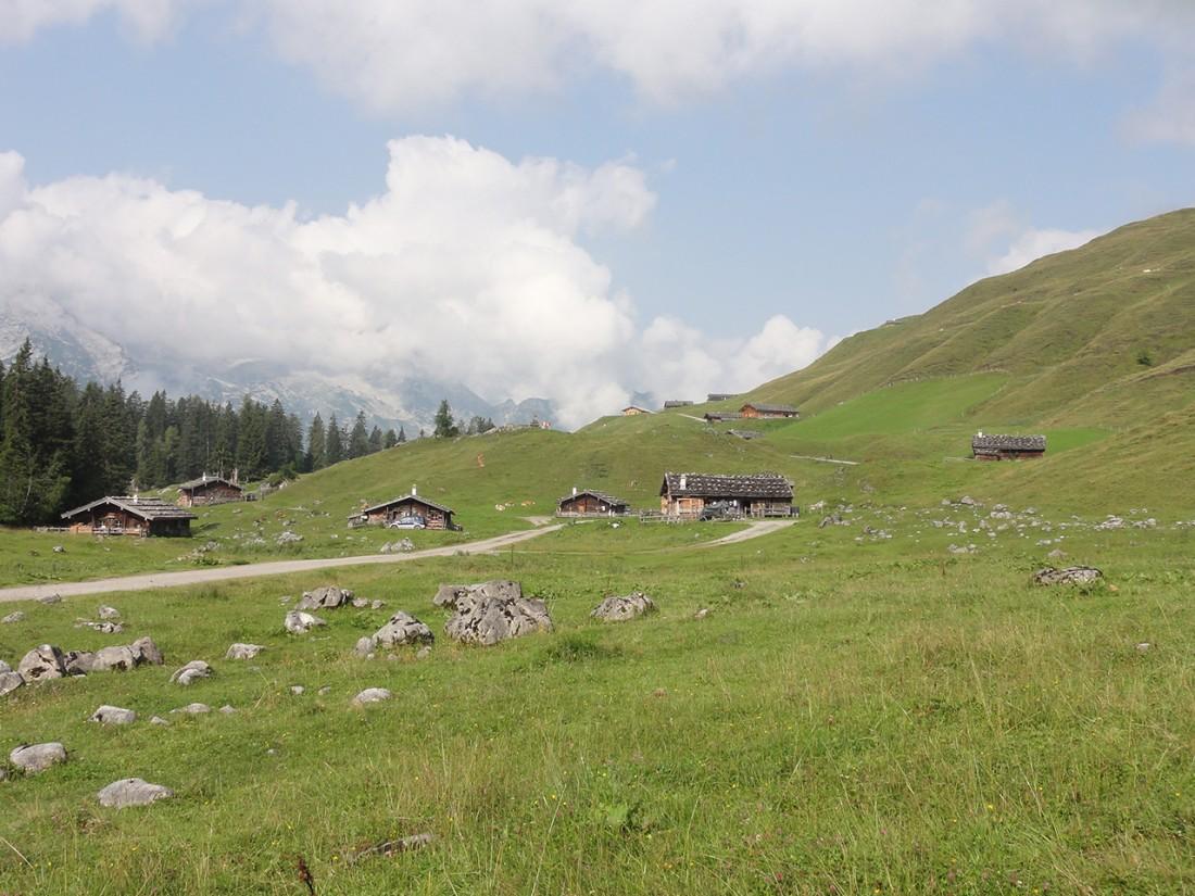Arnoweg: Die Almhütten der Kallbrunnalm