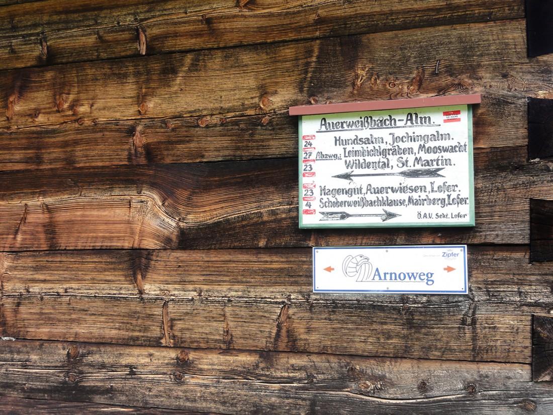 Arnoweg: Arnowegschild an einer Hütte der Auerweißbachalm