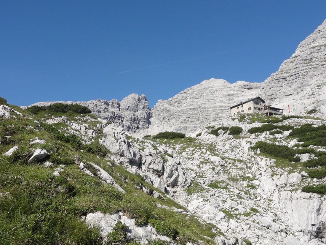 Arnoweg: Die Schmidt-Zabierow-Hütte und das Große Hinterhorn (2506 m) im Hintergrund
