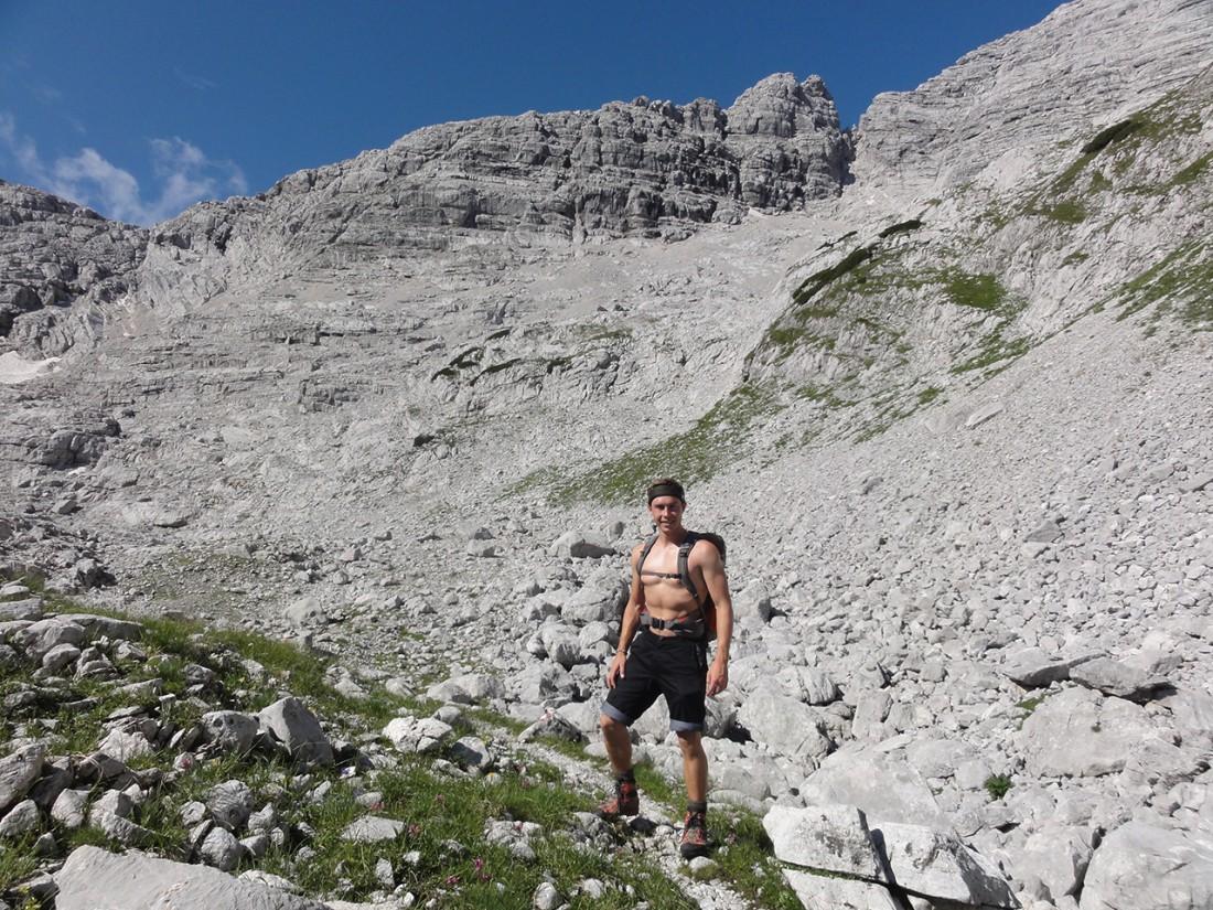 Arnoweg: Am Weg zum Klettersteig Wilder Hund (D) durch die Wand im Hintergrund