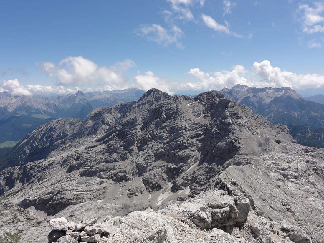 Arnoweg: Das Ochsenhorn (2511 m) mit Steinernem Meer links und Leoganger Steinberge rechts im Hintergrund