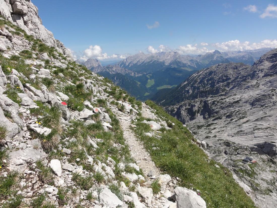 Arnoweg: Der Abstieg zurück zur Schmidt-Zabierow-Hütte vor der Kulisse der Reiter Alpe und des Steinernen Meeres