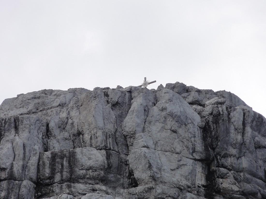 Arnoweg: Man sieht bereits das Gipfelkreuz des Ochsenhorns (2511 m)