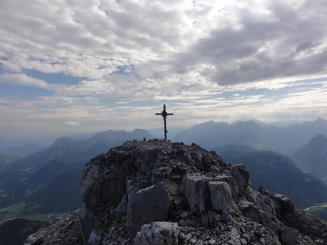 Arnoweg: Das Gipfelkreuz des Ochsenhorns (2511 m)