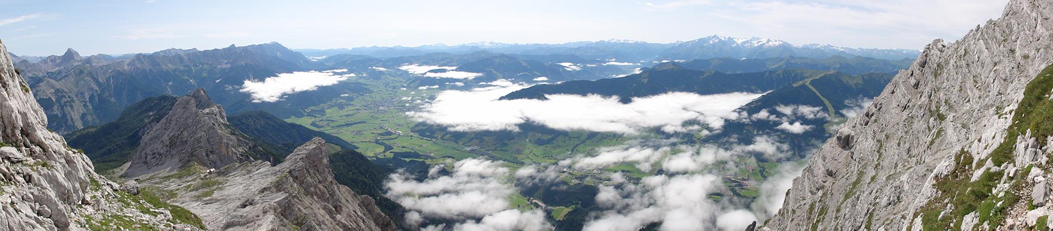 Arnoweg: Panorama über dem Saalfeldener Becken mit Steinernem Meer links und Glocknergruppe rechts im Hintergrund