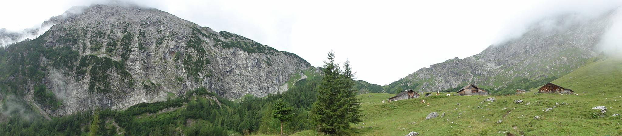 Arnoweg: Die Almhütten der Oberen Jochalm unter dem Schneibstein