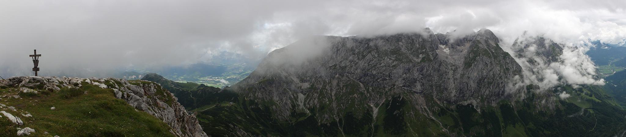 Arnoweg: Gipfelkreuz des Schneibstein (2276 m) und die Südwand des Hohen Gölls (2522 m)