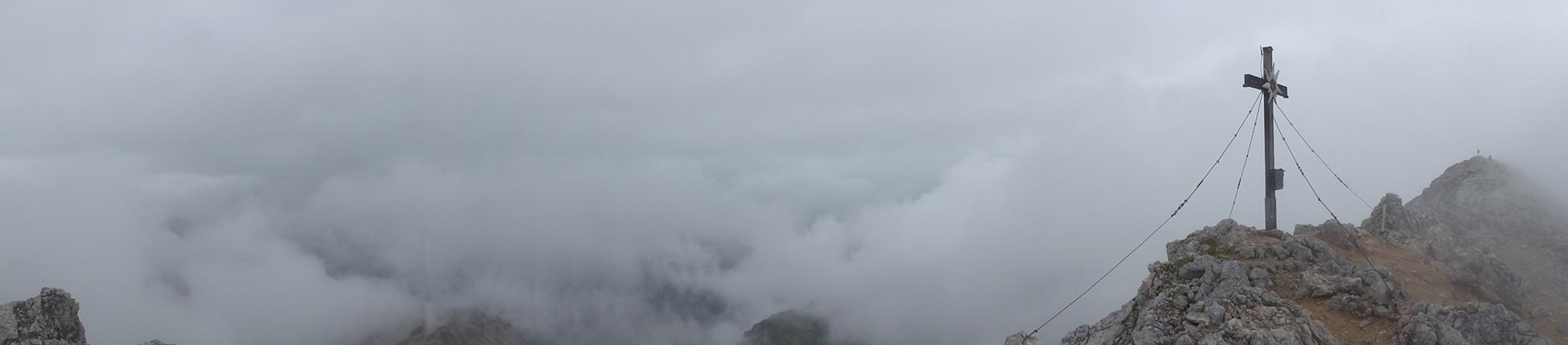 Arnoweg: Gipfelkreuz am Großen Hundstod (2594 m) bei schlechter Aussicht