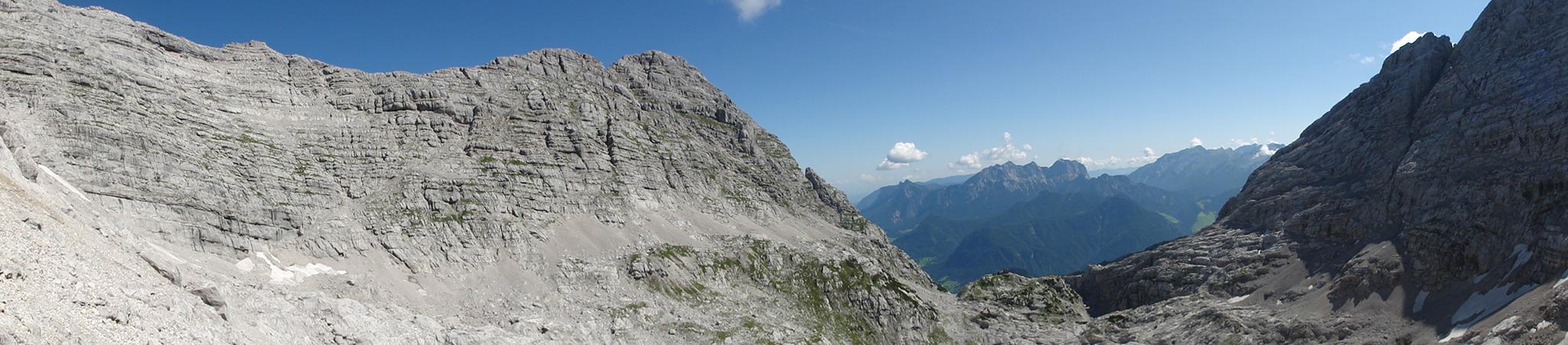 Arnoweg: Ausblick über die Große Wehrgrube in den Loferer Steinbergen mit der Schmidt-Zabierow-Hütte am Kamm