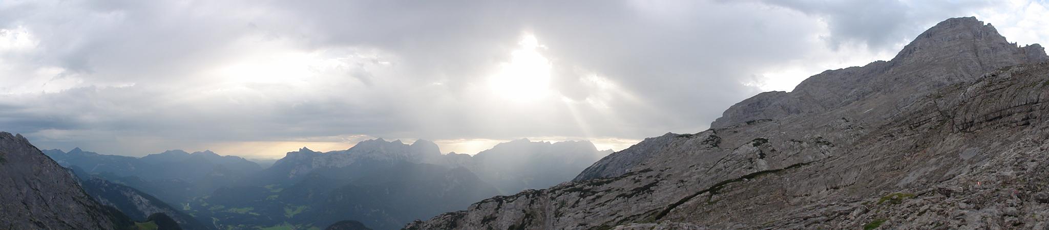 Arnoweg: Erste Sonnenstrahlen brechen im Vordergrund der Reiter Alpe und des Steinernen Meeres durch die Wolkendecke