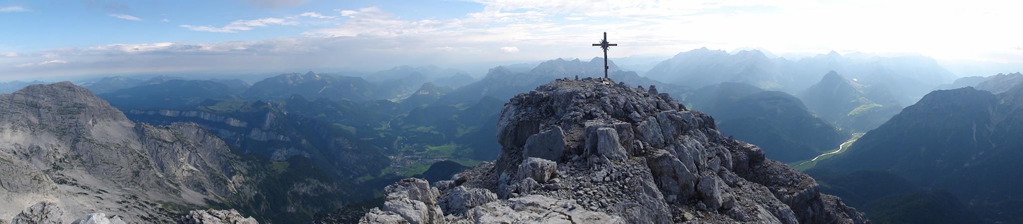 Arnoweg: Das Gipfelkreuz am Ochsenhorn (2511 m) in den Loferer Steinbergen hoch über dem Saalachtal