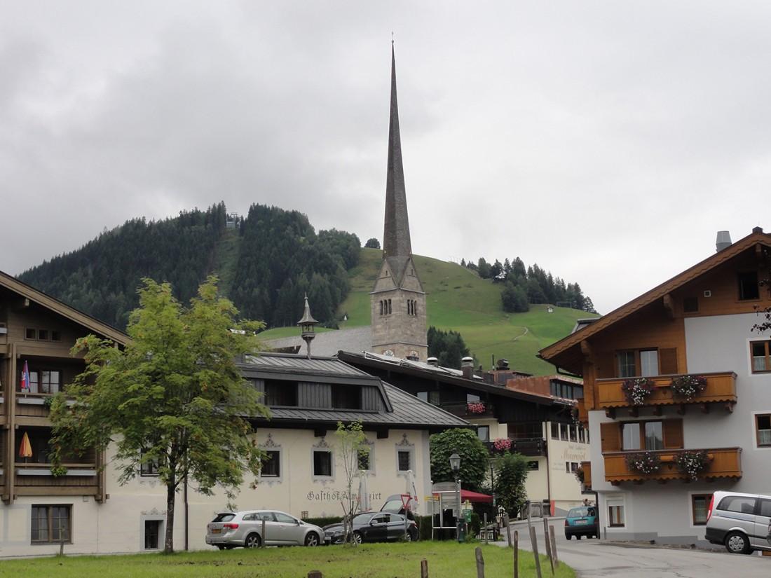 Arnoweg: Der 79 Meter hohe Kirchturm von Maria Alm ist eine statische Meisterleistung.