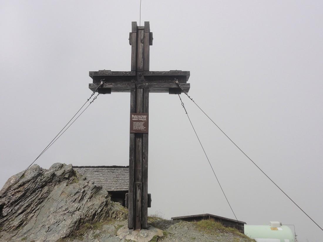 Arnoweg: Das Gipfelkreuz des Hundstein direkt neben dem Statzer-Haus