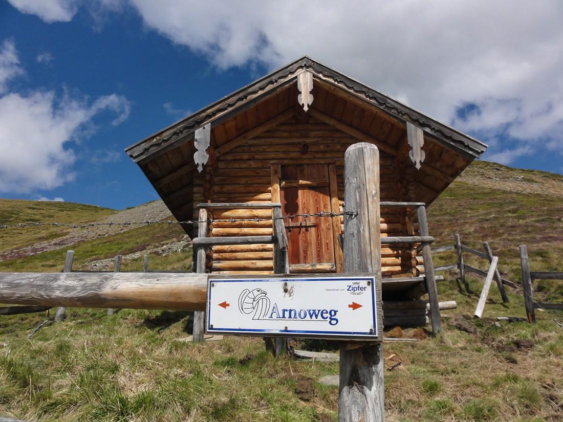Arnoweg: Entlang des Pinzgauer Spaziergangs finden sich immer wieder kleinere Unterstandshütten.