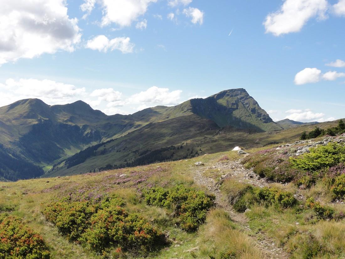 Arnoweg: Im linken Bildbereich sieht man schon die Bürgl-Hütte. Doch der Schein trügt, sind es doch noch einige Kilometer bis dorthin.