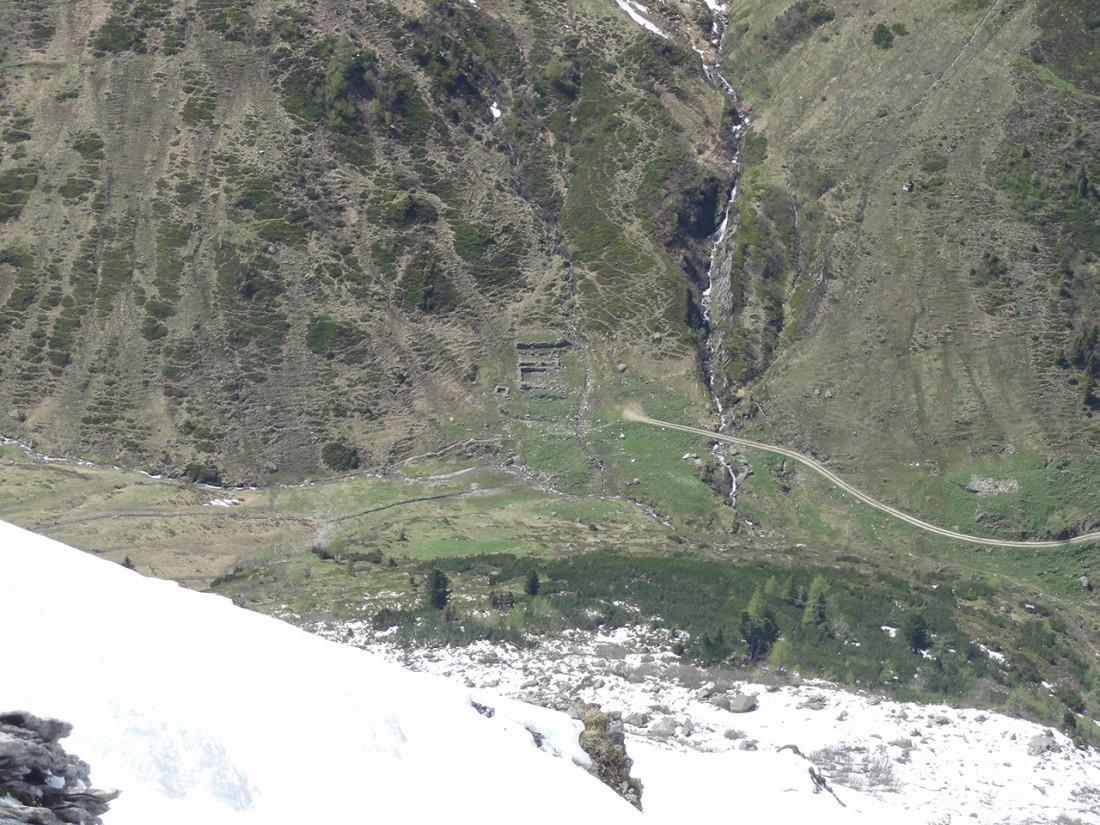 Arnoweg: Blick zu Ruinen von Almhütten im westlichen Talboden
