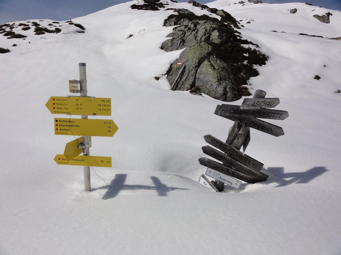 Arnoweg: Der Wegweiser lässt die Tiefe des Schnees erahnen.