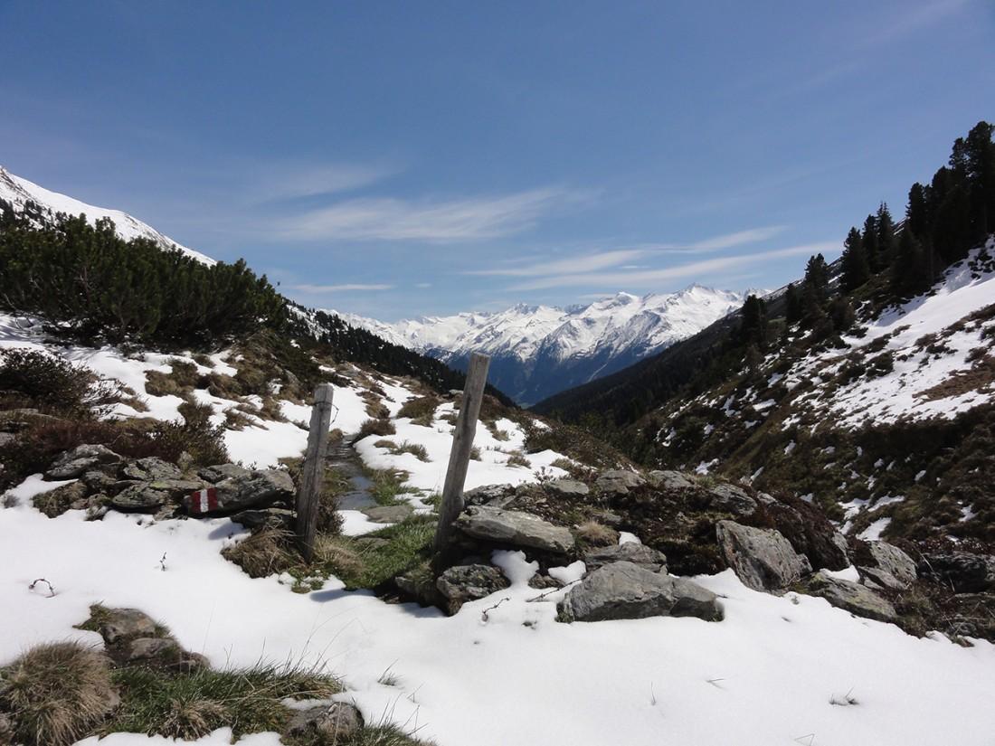 Arnoweg: Beim Abstieg zur Steineralm verzog sich schön langsam die Schneedecke.