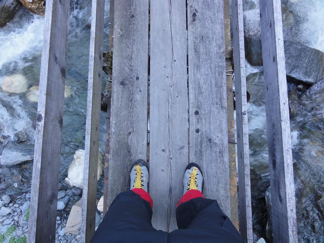 Arnoweg: Auf der Brücke über den Bach in der Trattenbachklamm