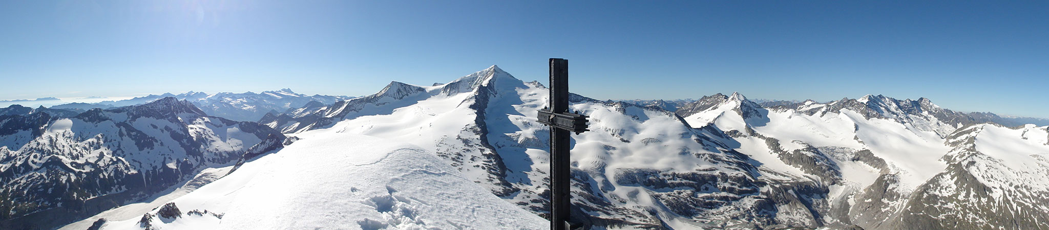"""Arnoweg: Die """"weltalte Majestät"""", der Großvenediger links vom Gipfelkreuz des Keeskogels"""