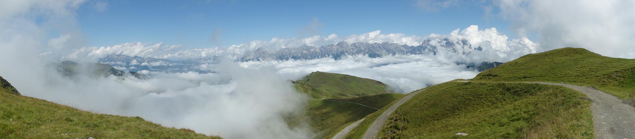 Arnoweg: Prächtiger Ausblick über das Wolkenmeer vom Hundstein Richtung Steinernes Meer.