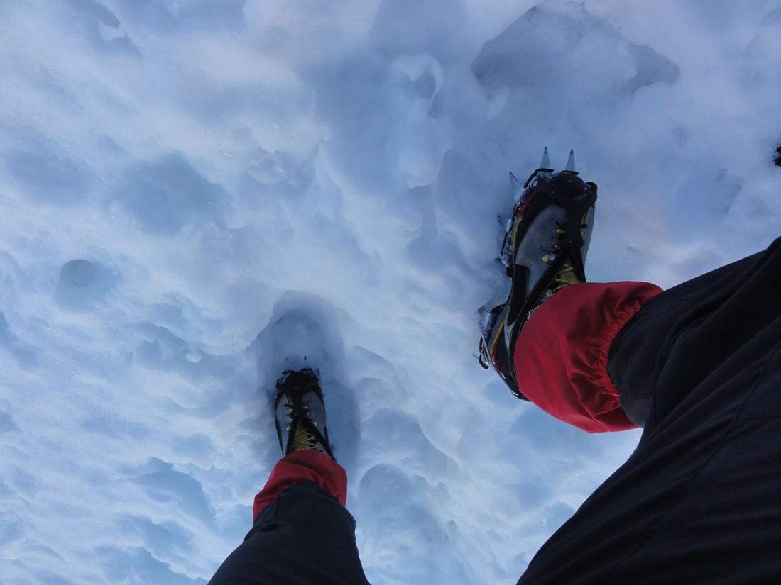 Arnoweg: Bei der gefrorenen und äußert rutschigen Schneedecke sind Steigeisen unerlässlich.
