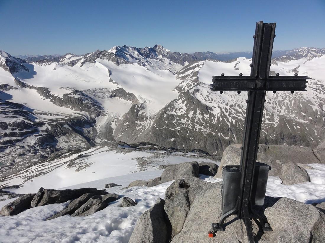 Arnoweg: Blick zurück nach Südwesten zur Kürsinger Hütte, dem Obersulzbachkees und der Dreiherrenspitze im Bildhintergrund