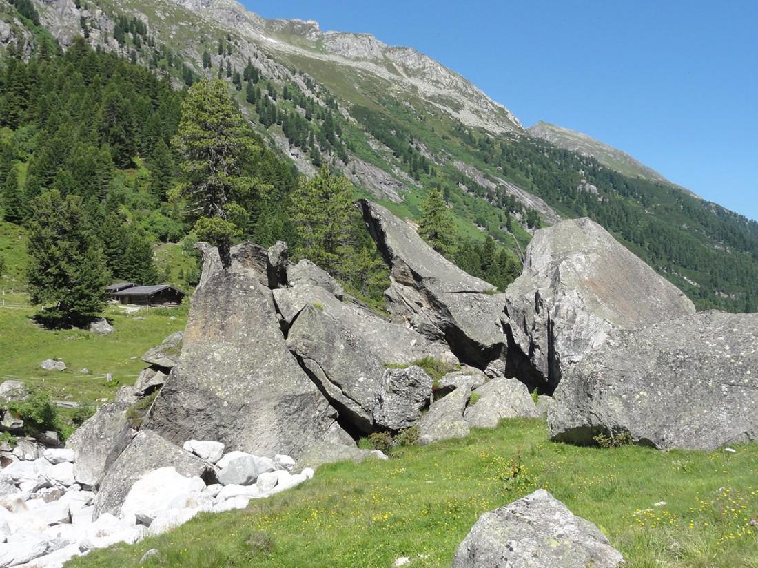 Arnoweg: Man trifft auf so manch imposante Felsblöcke.