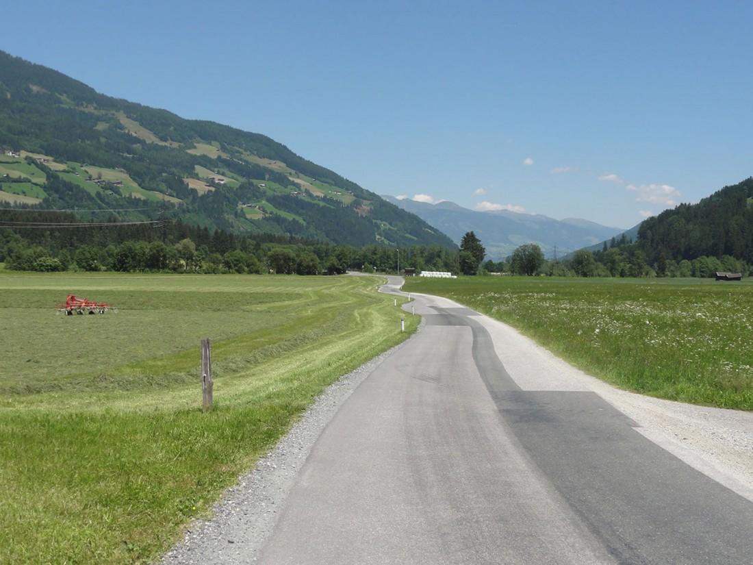 Arnoweg: Statt dem nicht gefundenen Fußweg nach Neukirchen geht es entlang der Straße.