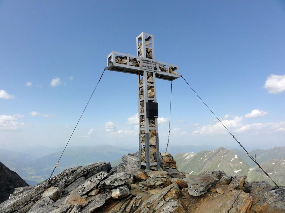 Arnoweg: Das Gipfelkreuz des Larmkogel (3017 m)