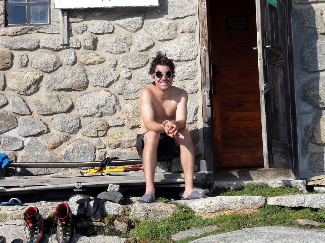 Arnoweg: Manuel Lanzer genießt die Abendsonne auf der Karl-Fürst-Hütte (modische Sonnenbrille inklusive).