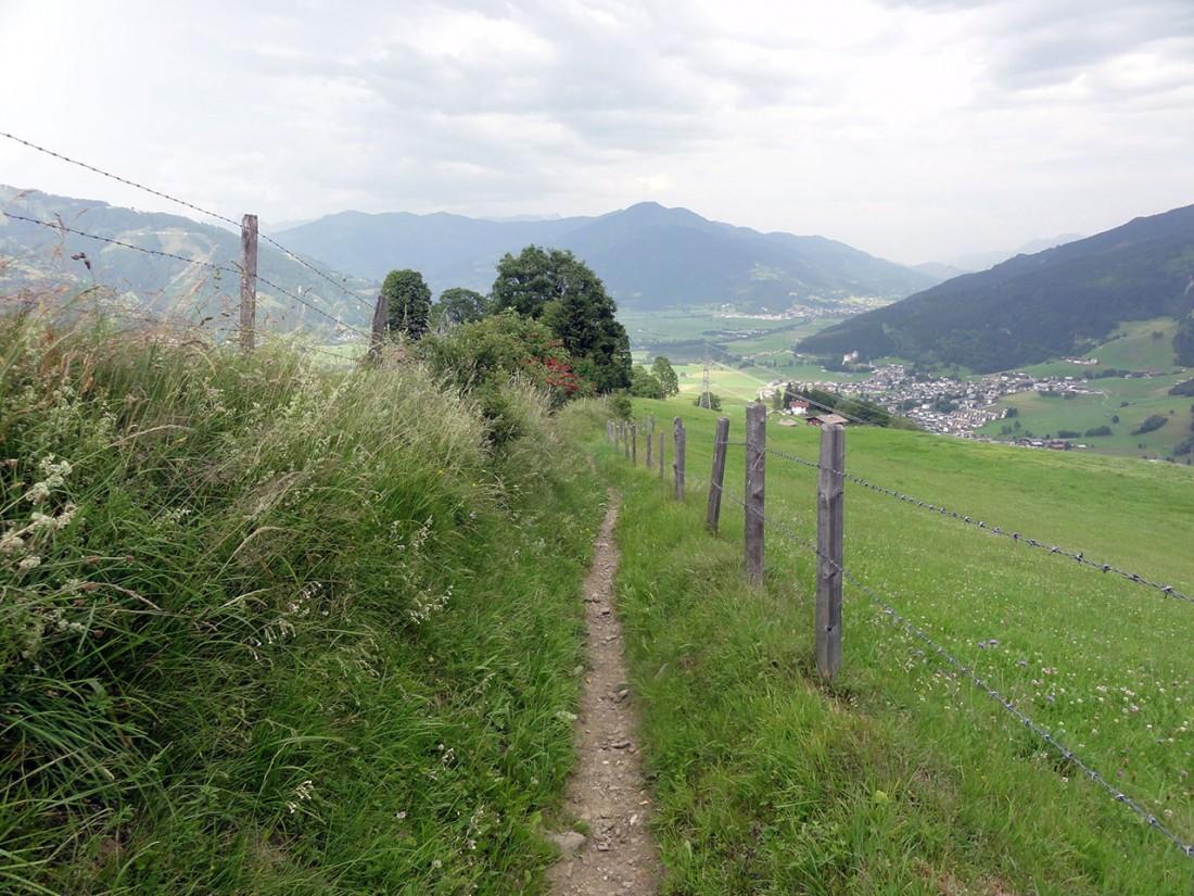 Arnoweg: Der letzte Abschnitt führt durch Wiesen nach Kaprun.