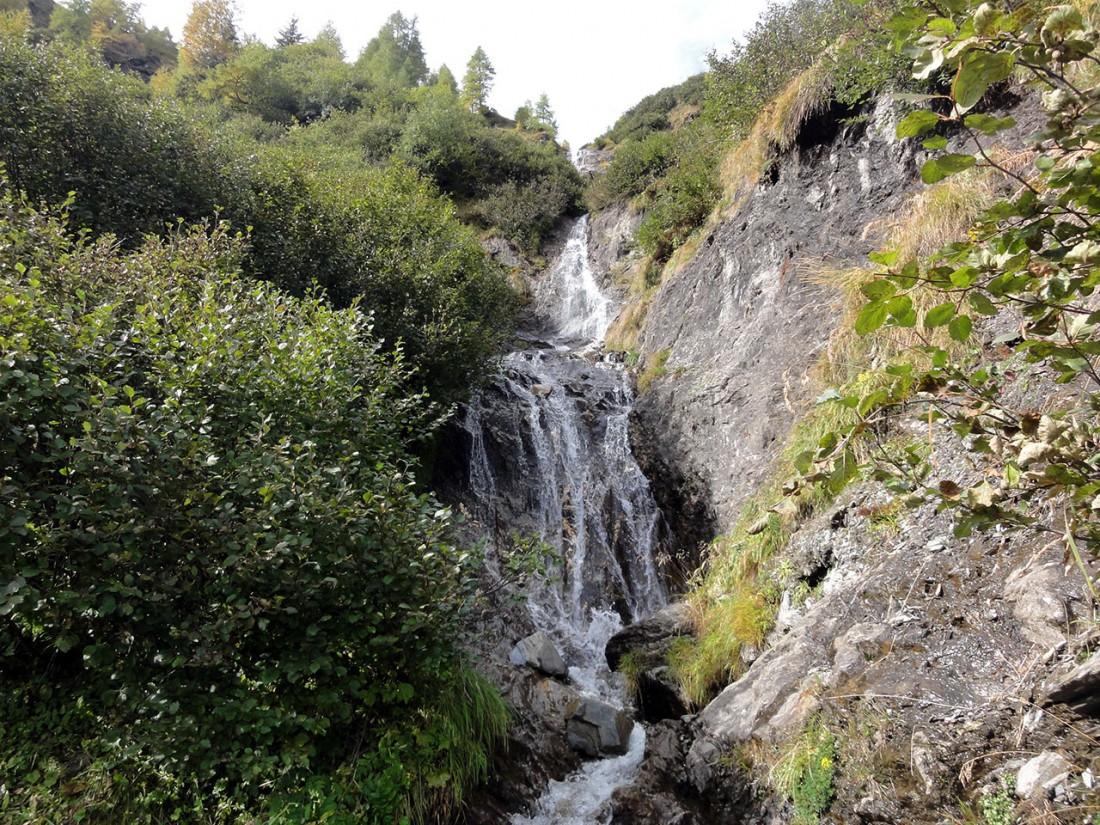 Arnoweg: Ein kleiner Wasserfall am Weg zur Hirzbachalm