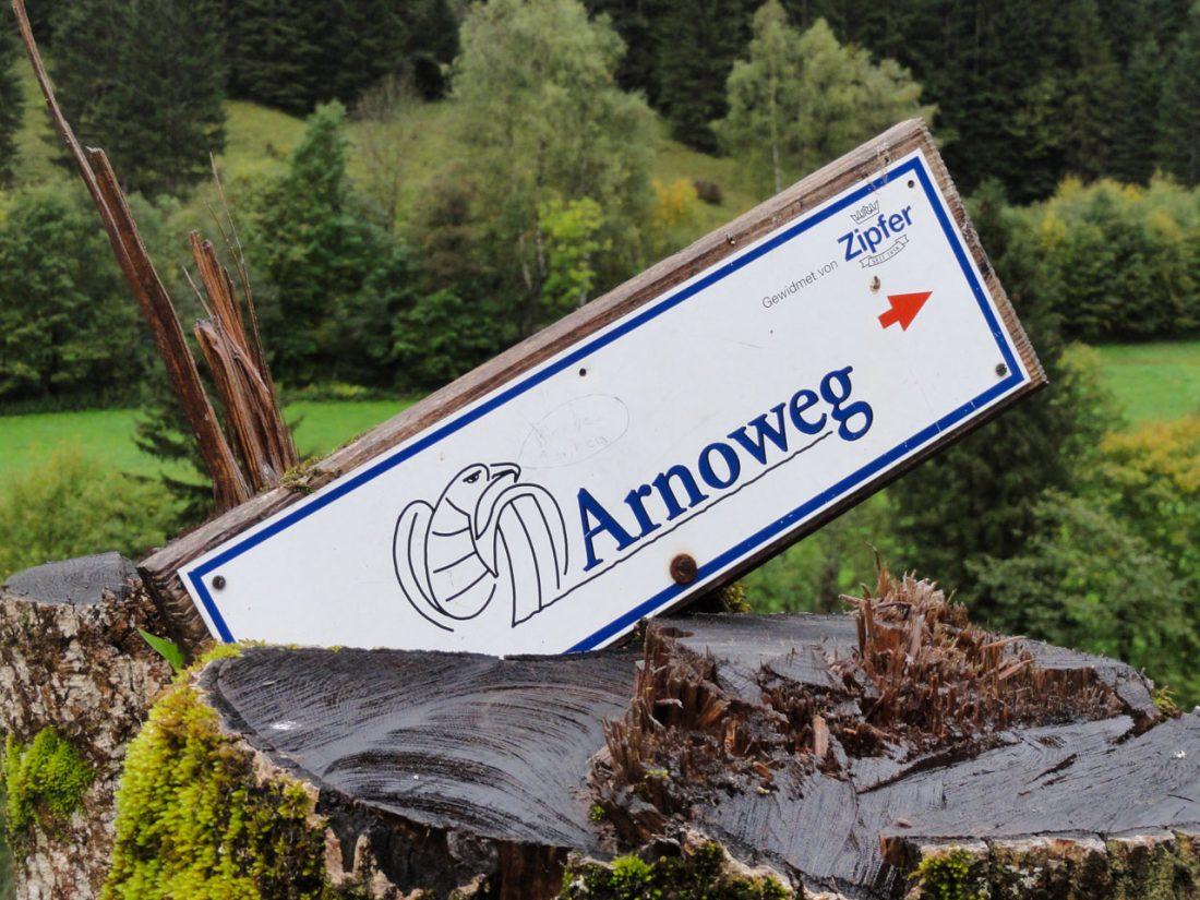 Arnoweg: Arnowegschild am Weg zwischen Fusch an der Glocknerstraße und Ferleiten