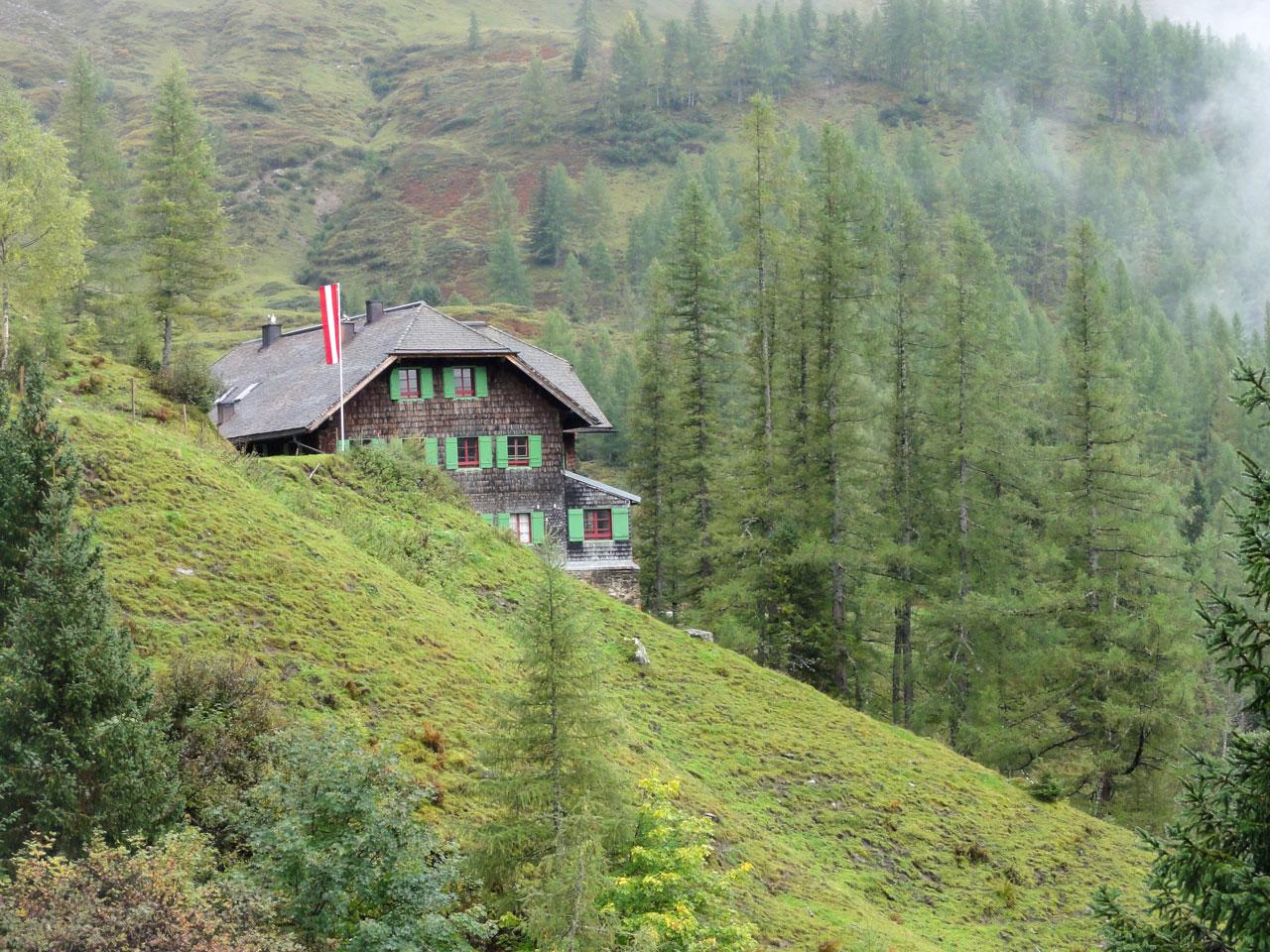 Arnoweg: Die Trauneralm als Rastplatz vor der Pfandlscharte (2663 m)