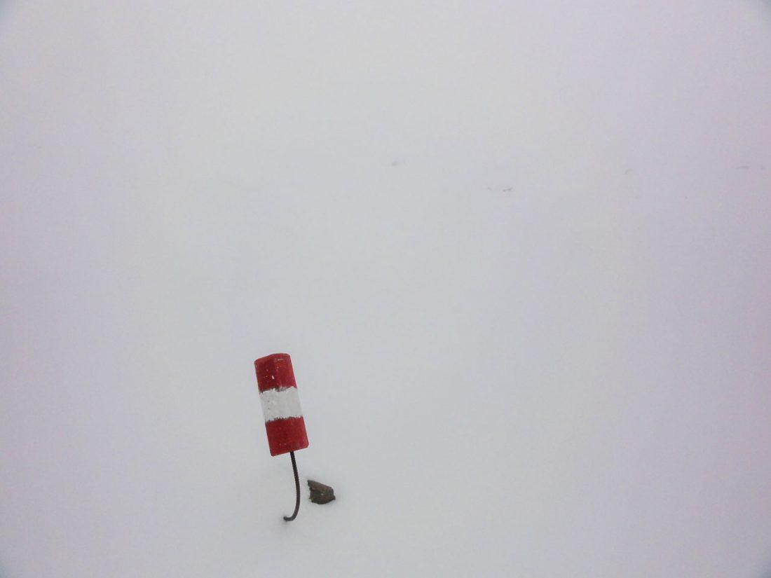 Arnoweg: Eine der wenigen sichtbaren Wegmarkierungen bei einsetzendem Schneefall Richtung Pfandlscharte