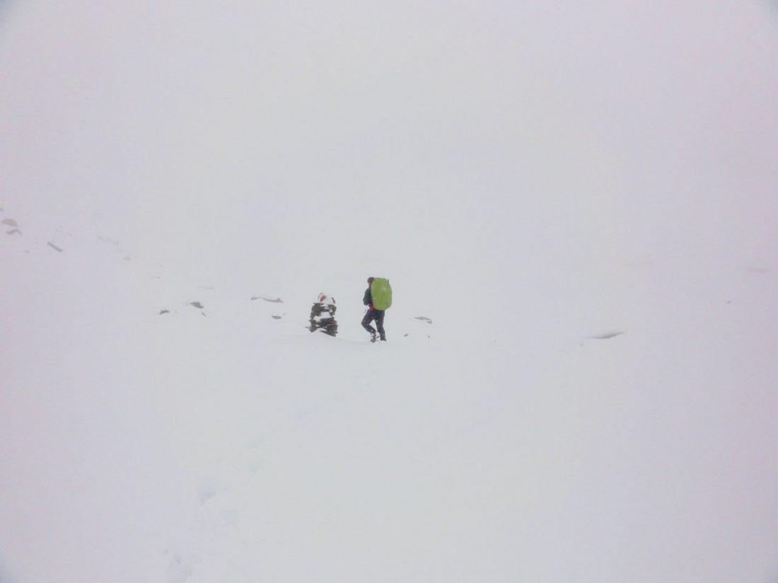 Arnoweg: Tief verschneites Steinmandl
