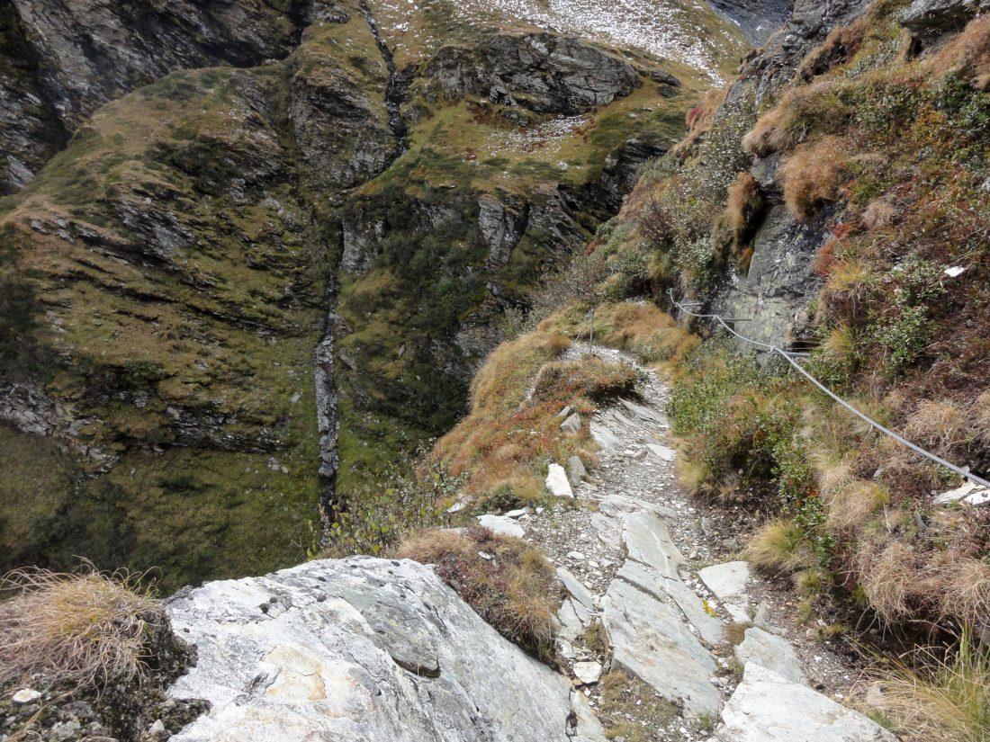 Arnoweg: Seilversichert gelangt man über viele enge Kehren auf die Almböden ins Tal von Sportgastein.