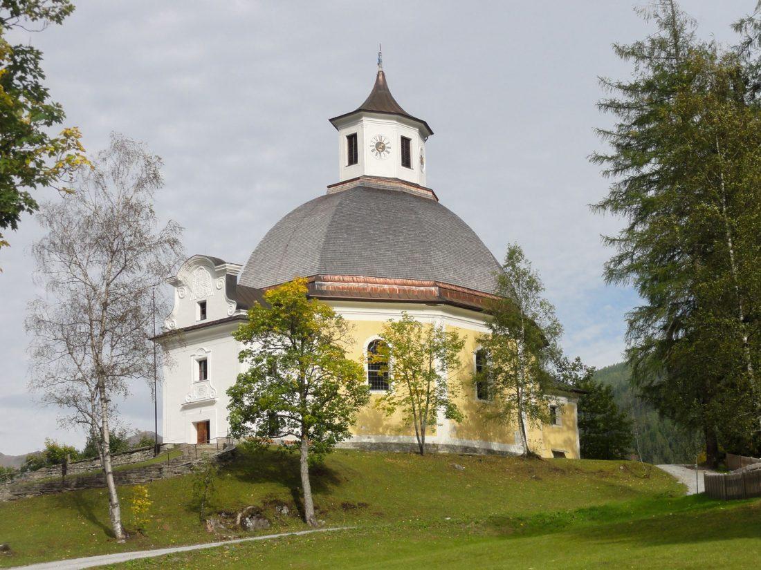 """Arnoweg: Die Wallfahrtskirche """"Maria vom guten Rat"""" in Böckstein nahe der Bergbausiedlung"""