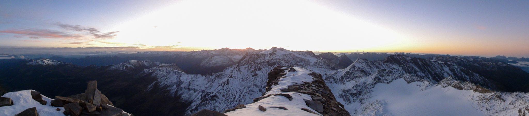Arnoweg: Panorama in den Morgenstunden vom Hohen Sonnblick Richtung Osten