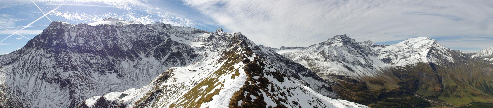 Arnoweg: Panorama auf der Riffelscharte mit Schareck (3.123 m) links und Hohen Sonnblick (3106 m) & Hocharn (3.254 m) rechts im Bild
