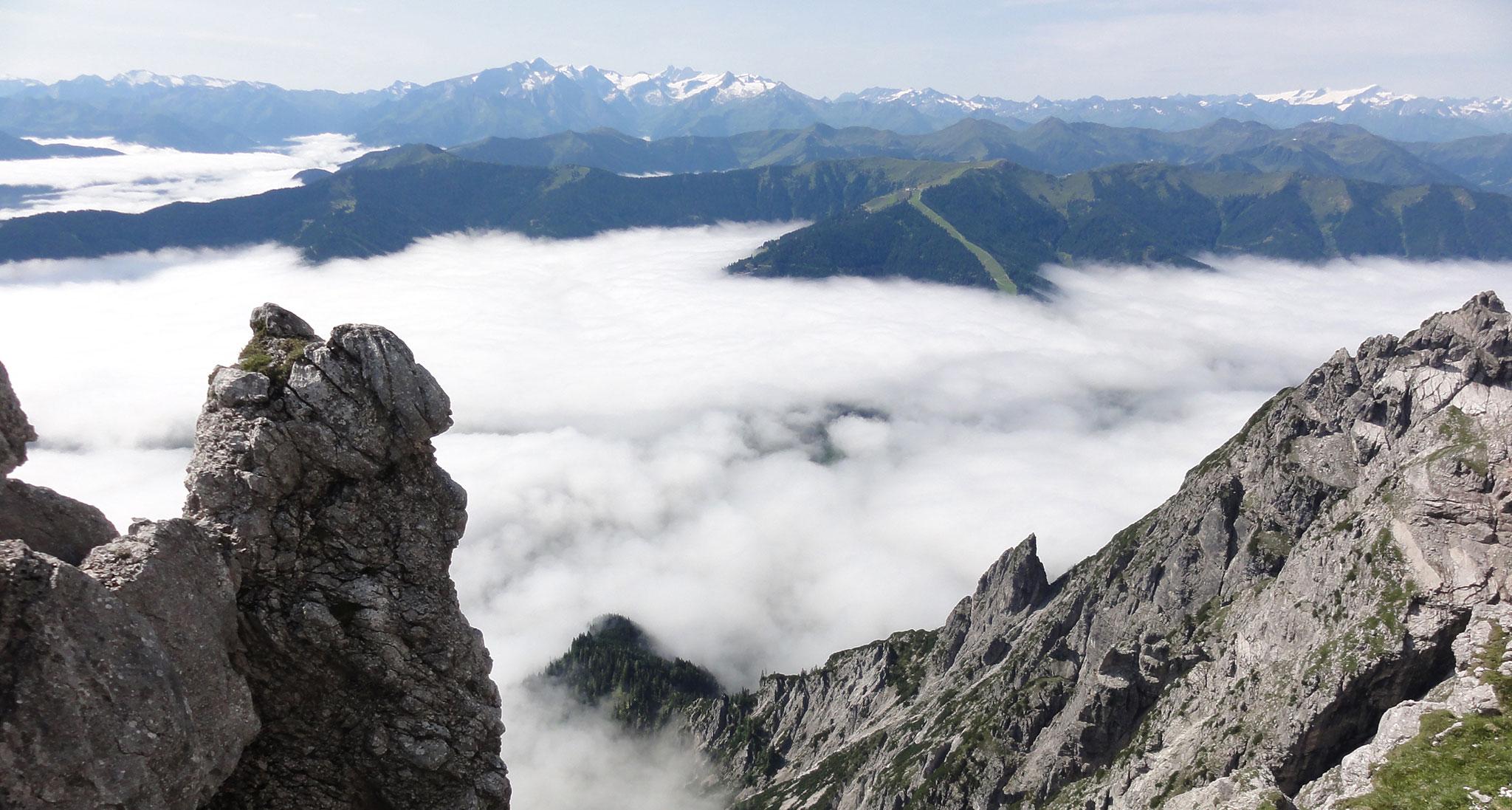 Arnoweg: Großartige Aussicht über dem Wolkenmeer bis zum Großglockner und Großvenediger am Alpenhauptkamm