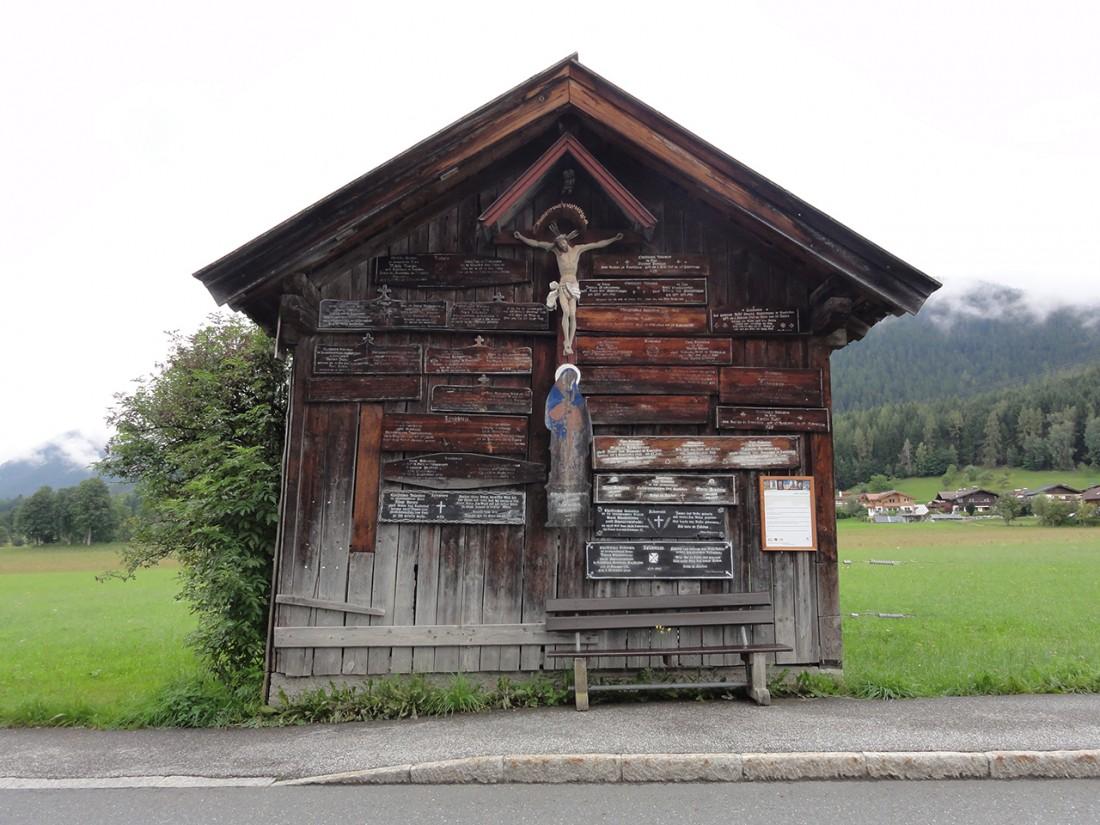 Arnoweg: Die an die Stadel genagelten Leichläden oder Totenbretter erinnern an die Toten, welche auf diesen Bretten aufgebahrt wurden.