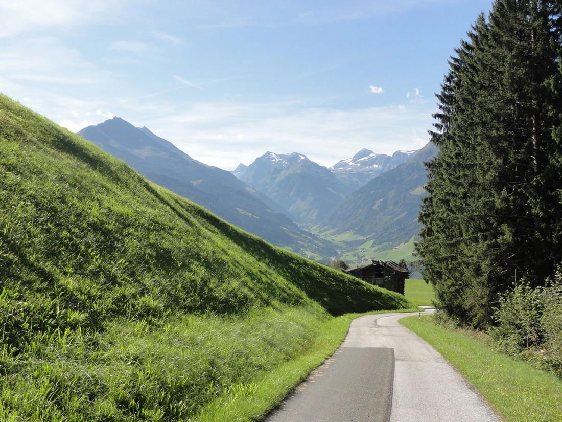 Arnoweg: Kurz vor Mittersill folgt man einer asphaltierte Straße ins Tal.